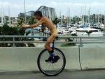 Khỏa thân đi xe đạp 1 bánh