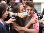 Justin Bieber ngượng nghịu bị fan cuồng nữ ghì hôn