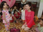 Thu Thủy diện váy đỏ rực đứng múa hát với trẻ em