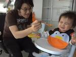 Video:  Cười đau bụng xem Gangnam Style làm bé ăn ngoan