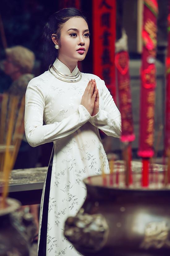 Julia Ho van canh chua cau an de it gap scandal