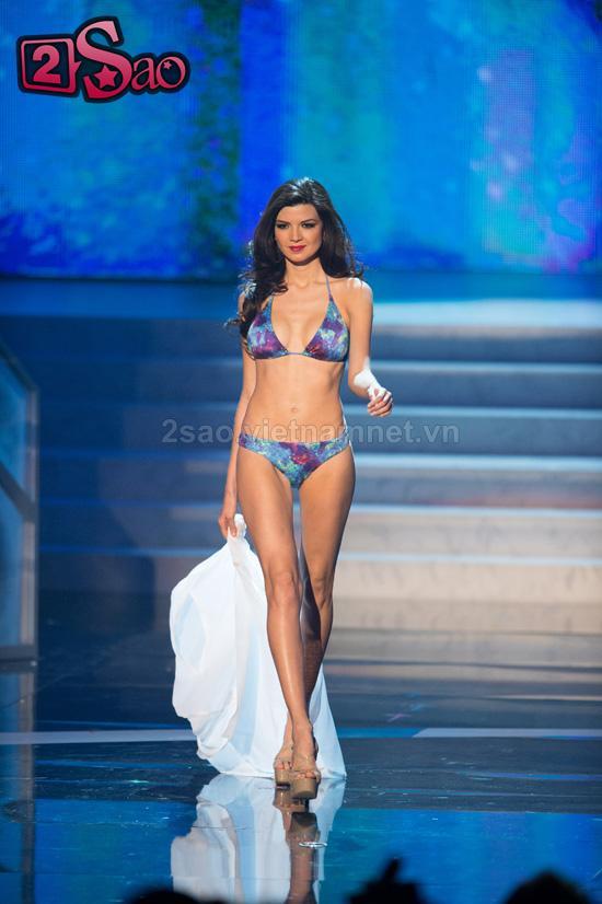 Man trinh dien biniki bong mat cua Top 16 Miss Universe 2012