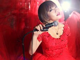 Xuân Nghi The Voice đỏ rực với váy dài hàng chục mét