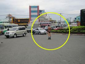 Nam thanh niên khỏa thân giữa phố, giao thông hỗn loạn
