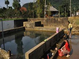 Giếng thần phun nước hai màu ở Hòa Bình