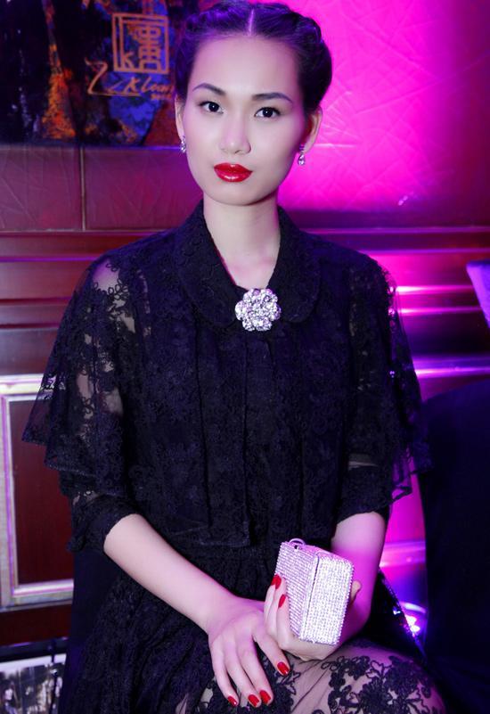 Fashionista Tong Dieu Hang dep me man voi vay ren