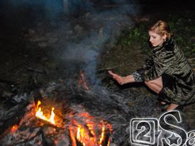 Andrea rét cóng, co ro đốt lửa sưởi giữa bãi đất hoang