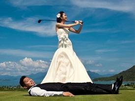 Ảnh cưới lạ đời: Đức Hải ngậm bóng cho Jennifer Phạm đánh Golf