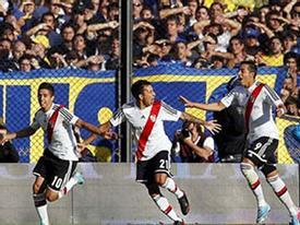 Bạo loạn kinh hãi ở derby Argentina