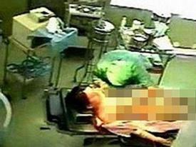Chồng đứng ngoài, nữ bệnh nhân bị bác sỹ hãm hiếp