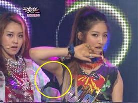 Jihyun (4minute) tuột áo ngực trên sân khấu