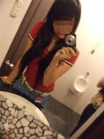 Thiếu nữ vào toilet nam để kiếm hình độc
