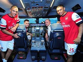 "Rảnh rỗi, sao Arsenal ""đại náo"" máy bay"