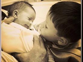 Kai Rooney âu yếm em trai mới sinh