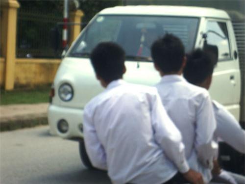 Sĩ tử kẹp ba, đầu trần đánh võng trên đường