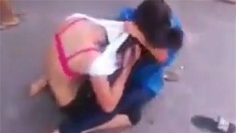 Lại xuất hiện cảnh 2 thiếu nữ đánh nhau, lột đồ