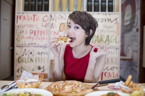 Minh Hằng mê mẩn pizza và mì Ý