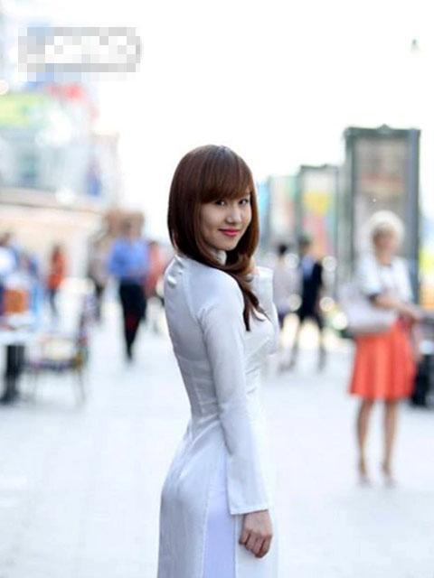 Nữ sinh Việt tinh khôi áo dài trắng trên đất Nga