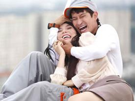 'Bỏ vợ' ở nhà, Huy Khánh ôm Diễm My 9x cười phớ lớ trên ban công