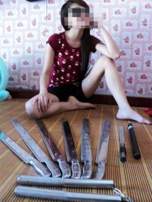 Bức ảnh cô gái sở hữu kho dao kiếm làm dân mạng lạnh gáy