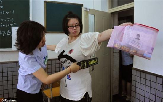 Cấm mặc áo lót có gọng vào phòng thi