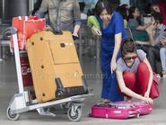 Ngọc Quyên vội vã xếp đồ ở sân bay