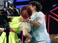 Lâm Chí Dĩnh bị fan nữ cưỡng hôn trên sân khấu
