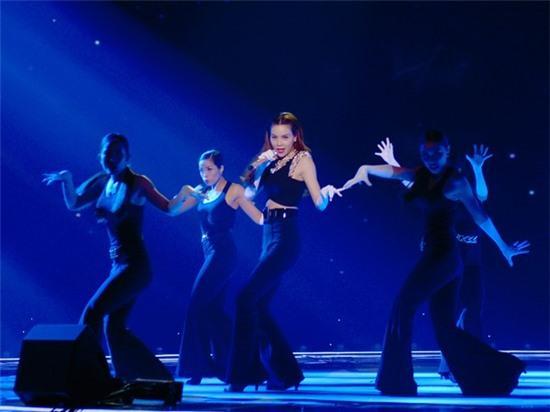 Hà Hồ khoe vũ đạo nóng bỏng trên sân khấu Trung Quốc 1
