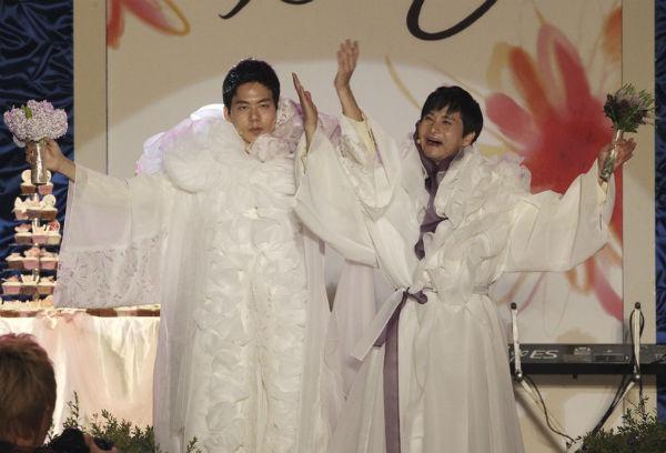 Đạo diễn đồng tính mặc váy cưới lộng lẫy trong hôn lễ