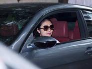 Vân Trang lái ô tô tiền tỷ đi làm đẹp