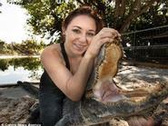 Cô gái yêu nghề... vật lộn với cá sấu