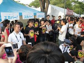 Công Vinh về Tokyo bán áo tặng fan, dạy trẻ em đá bóng