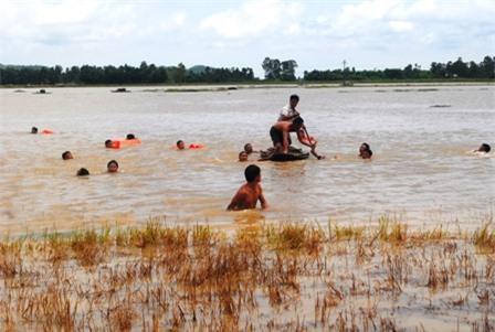 Lực lượng cứu nạn tìm kiếm thi thể em Nguyễn Sỹ Phúc (SN 1996, xã Nghi Công Bắc, Nghi Lộc, Nghệ An)
