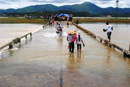 Đập tràn luôn tiềm ẩn nhiều nguy cơ đến tính mạng người dân mỗi khi mưa lũ về