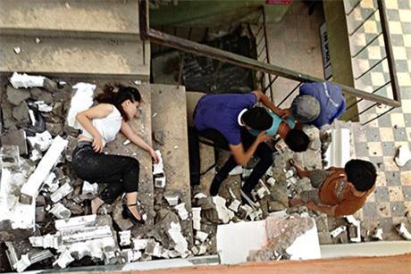 Thiếu nữ gặp tai nạn khi đang tạo dáng chụp ảnh ở khu nhà cũ