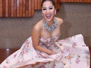 Khánh Thi khoe ngực đầy sảng khoái tung váy