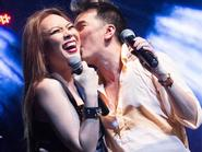 Sao Việt hôn nhau ngọt lịm trên sân khấu
