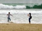Đổ xô chụp ảnh sóng dữ trước bão số 10 ở Đà Nẵng