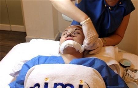 Sốc với khuôn mặt nham nhở của Bà Tưng sau phẫu thuật