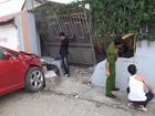 Hai xe đâm nhau, tông sập tường nhà dân