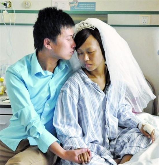 Cô gái mắc bệnh nan y được cầu hôn trên giường bệnh