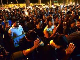 Hàng ngàn người hô vang trước nhà Đại tướng trong đêm