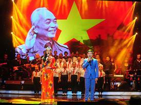Khán giả, ca sỹ cùng hát tưởng niệm Đại tướng