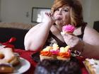 Người phụ nữ béo phì nghiện ăn trong lúc làm