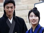 Bắt gặp Suzy thân thiết với nam diễn viên Sung Joon