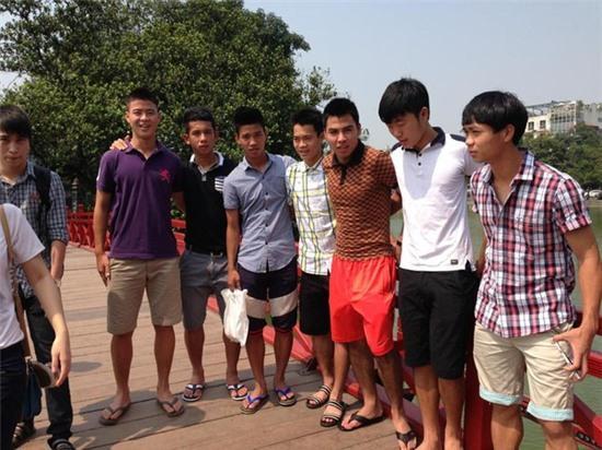 Các cầu thủ U19 Việt Nam thăm thú Hà Nội 6