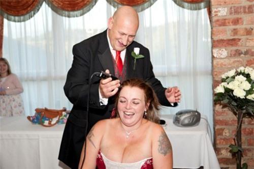 Cô dâu cạo đầu trong ngày cưới để làm từ thiện