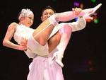 Lưu Đức Hoa và những tư thế kỳ quặc bên vũ công nữ