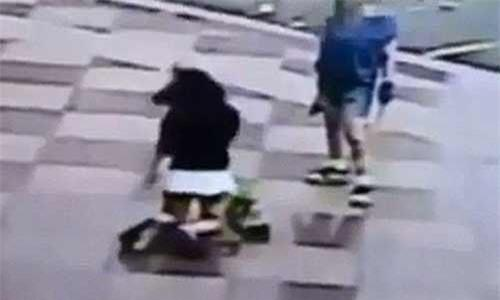 Trốn học, nữ sinh bị mẹ đánh tới tấp trước mặt nhiều người