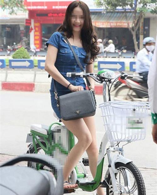 9X với thời trang hở hang trên xe đạp điện